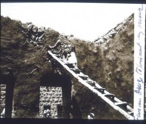 Femme Druze enduisant un mur